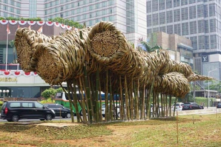 Sebuah karya seni instalasi berbahan dasar bambu ditempatkan di kawasan Bundaran Hotel Indonesia (HI), persis di depan Monumen Selamat Datang, Jakarta Pusat, Rabu (15/8/2018). Karya seni itu sekilas menyerupai bunga matahari. Namun, jika dipandang dari sudut berbeda, instalasi bambu itu terlihat seperti gelembung sabun berukuran raksasa.(KOMPAS.com/DAVID OLIVER PURBA)