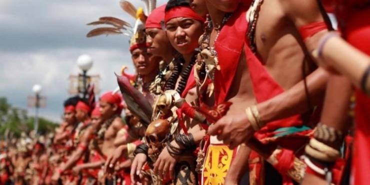 Peserta Pekan Gawai Dayak ke XXXI di Pontianak, Kalimantan Barat, mengenakan pakaian adat dayak, Jumat (20/5/2016). Upacara tahunan yang mengadopsi ritual ungkapan syukur masyarakat atas hasil panen ini, dikemas dengan beragam rangkaian kegiatan budaya dan kesenian tradisional. (KOMPAS.com / YOHANES KURNIA IRAWAN)