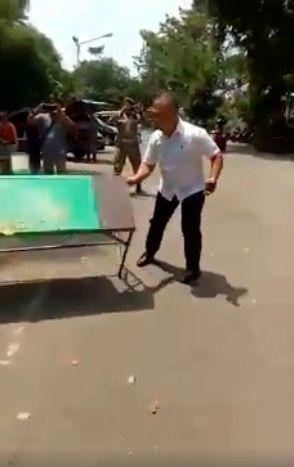 Ini adalah Kasat Pol PP Medan membanting meja warung. Foto: Istimewa