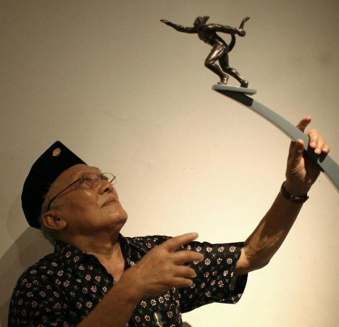 Bapak Edhi Sunarso Seniman Pematung Legendaris Indonesia   Dokumen Beritagar.id