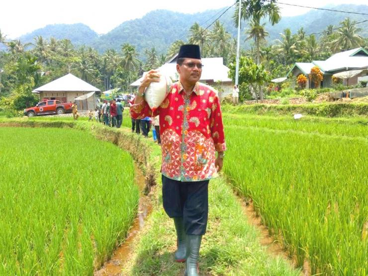 BUPATI Limapuluh Kota, Sumatera Barat, Irfendi Arbi, memanggul karus beras untuk dibagikan langsung kepada warga duafa di daerah itu. (DOK)
