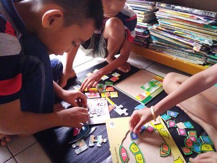 anak anak sedang bermain puzzle/dokpri