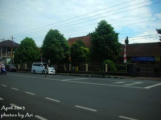 Jalan Sudirman di depan SMA tempat saya belajar. Photo by Ari