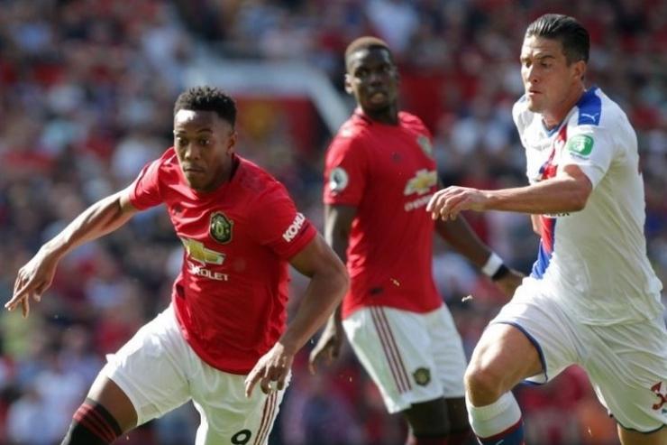 Penyerang Anthony Martial (kiri) saat menggiring bola pada laga Man United vs Crystal Palace di Stadion Old Trafford, Manchester, Sabtu (24/8/2019).(AFP/LINDSEY PARNABY)