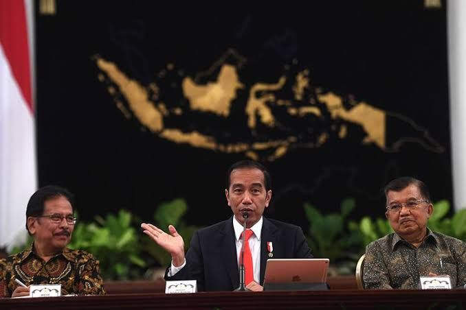 Presiden Joko Widodo (tengah) didampingi Wapres Jusuf Kalla (kanan) dan Menteri Agraria dan Tata Ruang/Badan Pertanahan Nasional (ATR/BPN) Sofyan Djalil memberikan keterangan pers terkait rencana pemindahan Ibu Kota Negara di Istana Negara, Jakarta, Senin (26/8/2019). Presiden Jokowi secara resmi mengumumkan keputusan pemerintah untuk memindahkan ibu kota negara ke Kalimantan Timur.(ANTARA FOTO/AKBAR NUGROHO GUMAY)