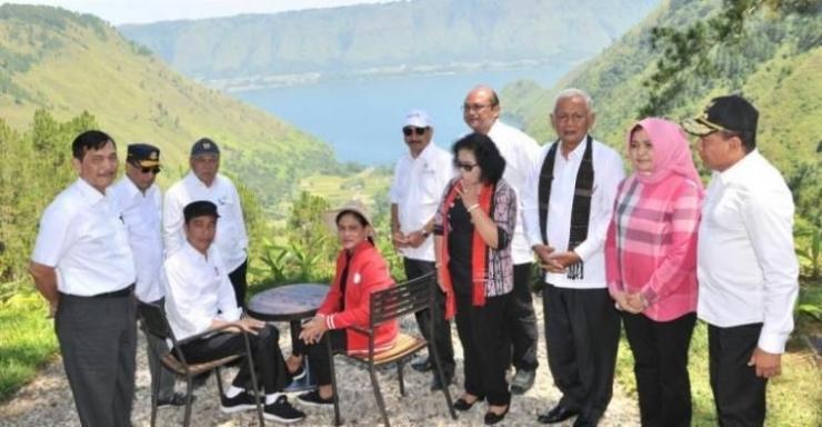 Presiden Jokowi dan Ibu Negara Iriana bersama sejumlah menteri dan pejabat di atas area Resort The Kaldera Sibisa Toba-Samosir dengan latar belakang Desa Sigapiton (Foto: Setkab)