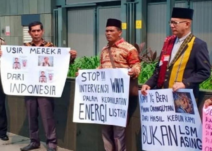 Tokoh masyarakat dari Sipirok, Marancar dan Batangtoru (Simarboru) Tapanuli Selatan, Sumut, ketika melakukan aksi menolak intervensi asing di Indonesia. Mereka melakukan aksi ini di depan kantor Kedutaan Inggris di Jakarta, pertengahan Agustus 2019. (Foto/Ist)