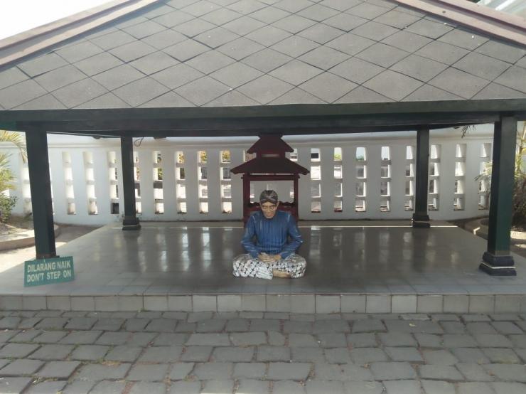 Ilustrasi Abdi Dalem, di Pelataran Keraton Yogyakarta (dokpri)