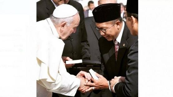 Menteri Agama Lukman Hakim Saifuddin bersalaman dengan Paus Fransiskus dalam pertemuan di Vatikan, Rabu (2/10/2019)