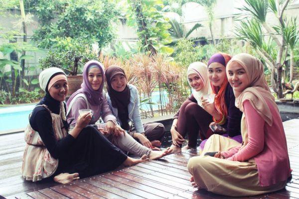 Hijab adalah identitas kaum muslimah | Sumber gambar : www.wajibbaca.com