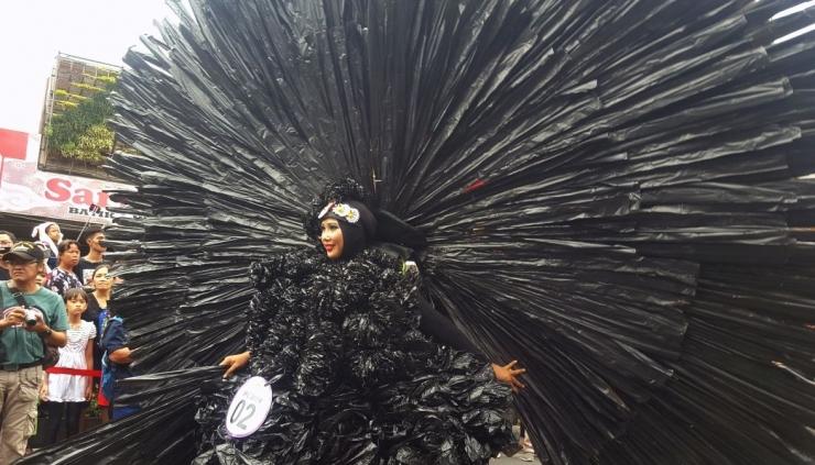 Kostum dari daur ulang sampah kantung plastik di Jogja Fashion Carnival 2019 (dok. pri).