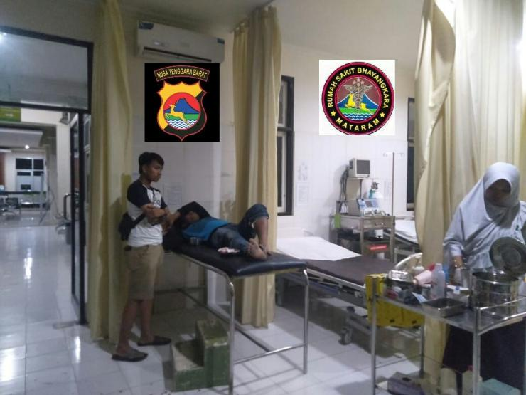 Petugas rs bhayangkara menangani luka tembak buron curanmor (dokpri)
