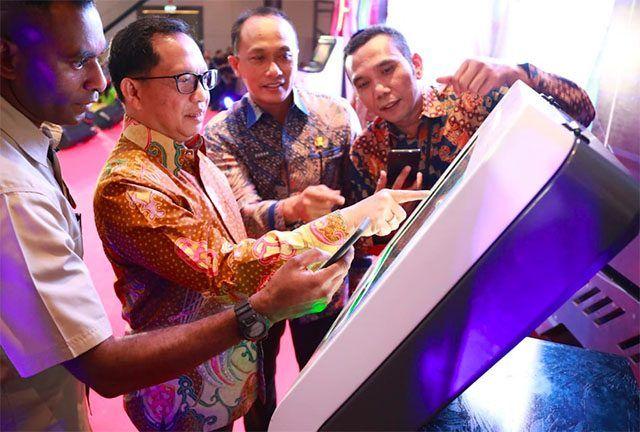 Menteri Dalam Negeri (Mendagri) Tito Karnavian melakukan simulasi mesin ADM untuk mencetak KTP. Hasilnya tidak sampai 2 menit, e-KTP sudah tercetak keluar sempurna. sumber: Jawapos.com