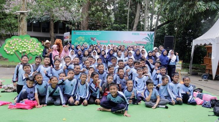 Foto bersama seluruh peserta setelah acara usai, anak-anak terlihat sangat berbahagia