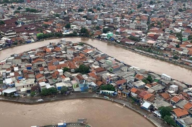 Tampilan banjir Jakarta di kawasan Kampung Melayu, Jakarta Timur, dari helikopter yang mengangkut Kepala BNPB Doni Monardo dan Gubernur DKI Jakarta Anies Baswedan, saat mereka meninjau kondisi banjir terkini pada Rabu (1/1/2020).(DOKUMENTASI BNPB)