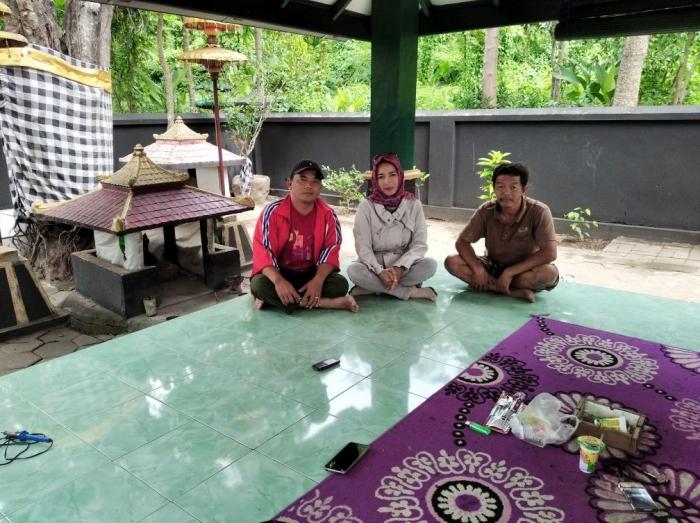 Bersama penjaga situs duduk di atas Sumur Windu yang sudah ditutup. Foto dokpri