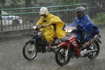 sumber: Motoplus | Pengendara Motor Nekat Terobos Hujan