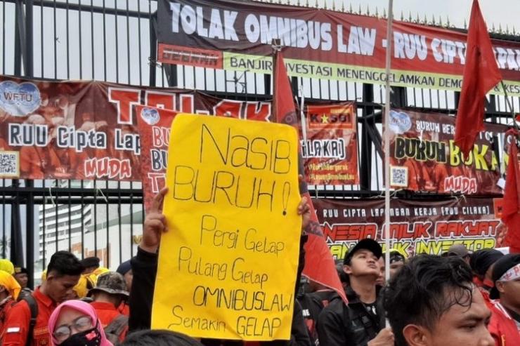 Massa buruh di depan gedung DPR, Senayan, Jakarta, Senin (13/1/2020) (KOMPAS.com/TSARINA MAHARANI)