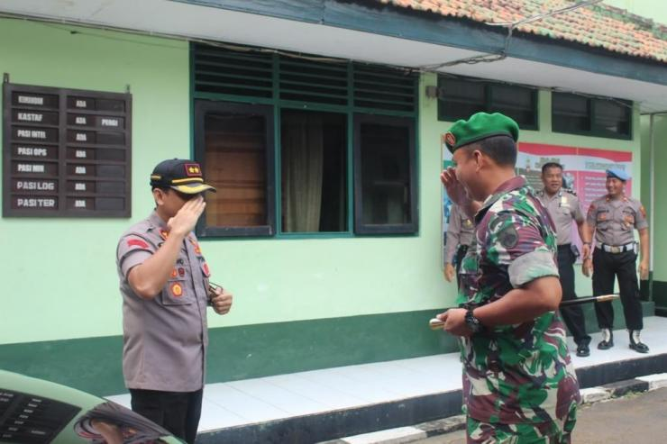 Dandim 0719/Jepara Letkol Suharyanto menyambut Kapolres Jepara AKBP Nugroho Tri Nuryanto di Halaman Kantornya | Dokpri