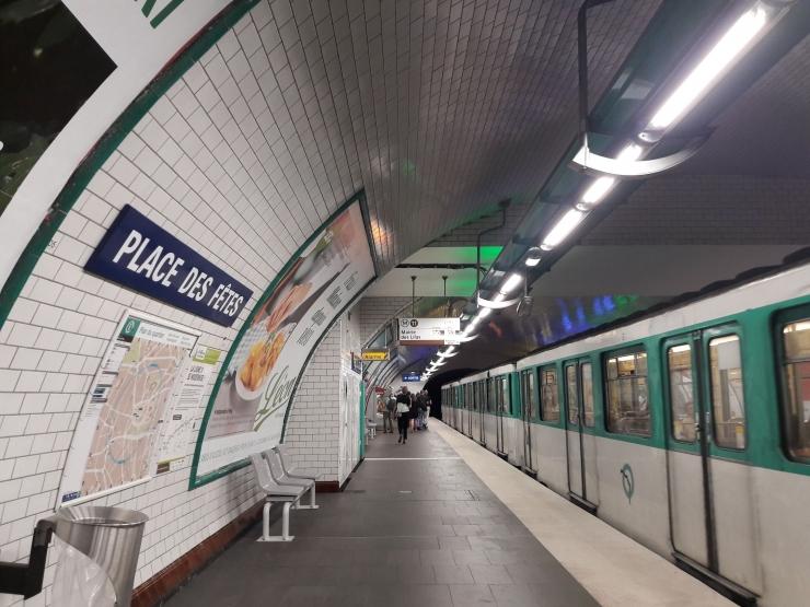 Pemandangan area peron di salah satu stasiun kereta api bawah tanah di Paris, Prancis (foto: Derby Asmaningrum)