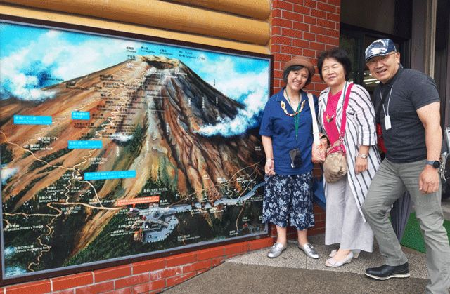 Dokumentasi pribadi | Mr. Sugiyama dan istri serta aku di Kawaguchiko, Jepang