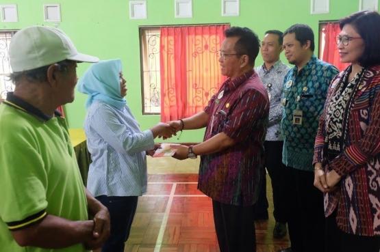 Penyerahan Kartu Keluarga Sejahtera secara simbolis oleh Sekretaris Daerah Kota Magelang Drs. Joko Budiyono, MM kepada KPM PKH.