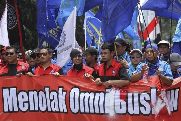 Sejumlah buruh mengikuti aksi unjuk rasa menolak RUU Omnibus Law di Depan Istana Merdeka, Jakarta, Kamis (30/1/2020). Aksi tersebut menolak pengesahan RUU Omnibus Law Cipta Lapangan Kerja sebab isinya dinilai akan merugikan kepentingan kaum buruh dengan mudahnya buruh di PHK serta pemberlakuan upah hanya bedasarkan jam kerja. (Sumber: ANTARA FOTO/Asprilla Dwi Adha/pd).