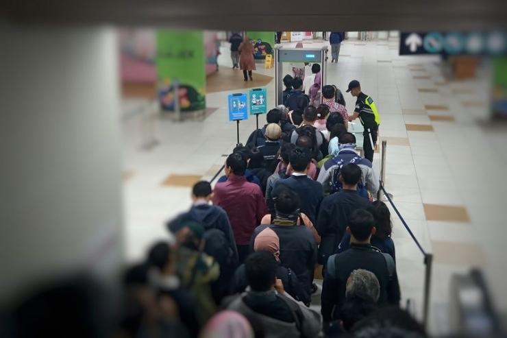Antrean pemeriksaan keamanan di Stasiun MRT Dukuh Atas (foto: widikurniawan)