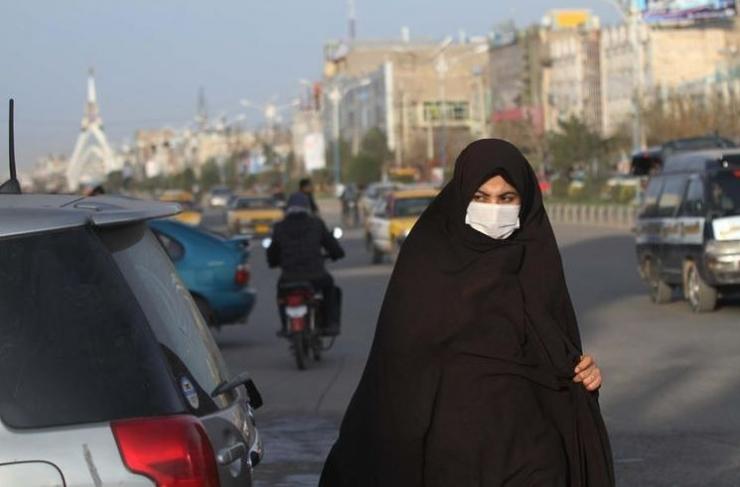 Seorang perempuan Afghanistan mengenakan masker setelah kasus virus corona pertama terdeteksi di dekat perbatasan Iran; di Herat, Afghanistan, 25 Februari 2020. EPA-EFE/JALIL REZAYEE(JALIL REZAYEE)