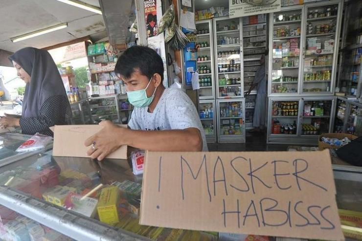 Petugas apotek memasang tanda stok masker habis, di kawasan pusat penjualan obat-obatan dan alat kesehatan Tarandam, Padang, Sumatera Barat, Selasa (3/3/2020). Petugas apotek mengaku stok masker dan Hand Sanitizer sudah habis sejak Senin (2/3/2020) menyusul wabah virus Corona 19 yang mulai masuk Indonesia.(ANTARA FOTO/IGGOY EL FITRA)