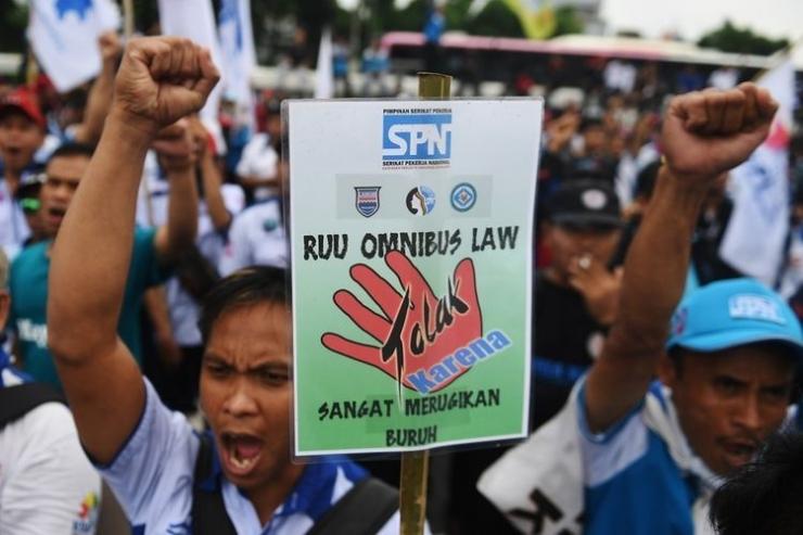Ratusan buruh menggelar aksi unjuk rasa menentang omnibus law di Jakarta, Senin (20/1/2020). Dalam aksinya mereka menolak omnibus law yang dinilai hanya menguntungkan pengusaha dan investor serta merugikan pekerja di Indonesia. ANTARA FOTO/Akbar Nugroho Gumay/nz