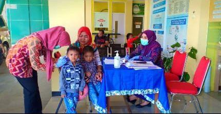 Seorang Epidemiolog (Eriska, Kerudung Pink) sedang melakukan Surveilans | Dokumentasi Pribadi