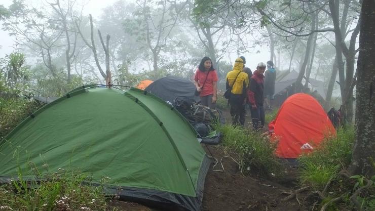 Pendaki mendirikan tenda untuk bermalam (dok. pribadi)