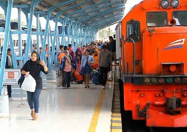 Suasana di Stasiun Kereta Api | jawapos.com