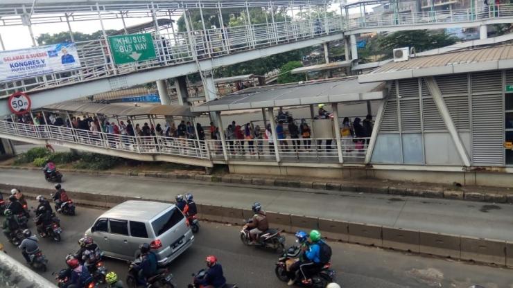 Antrean Pelanggan di Halte Transjakarta Jembatan Baru--dokpri