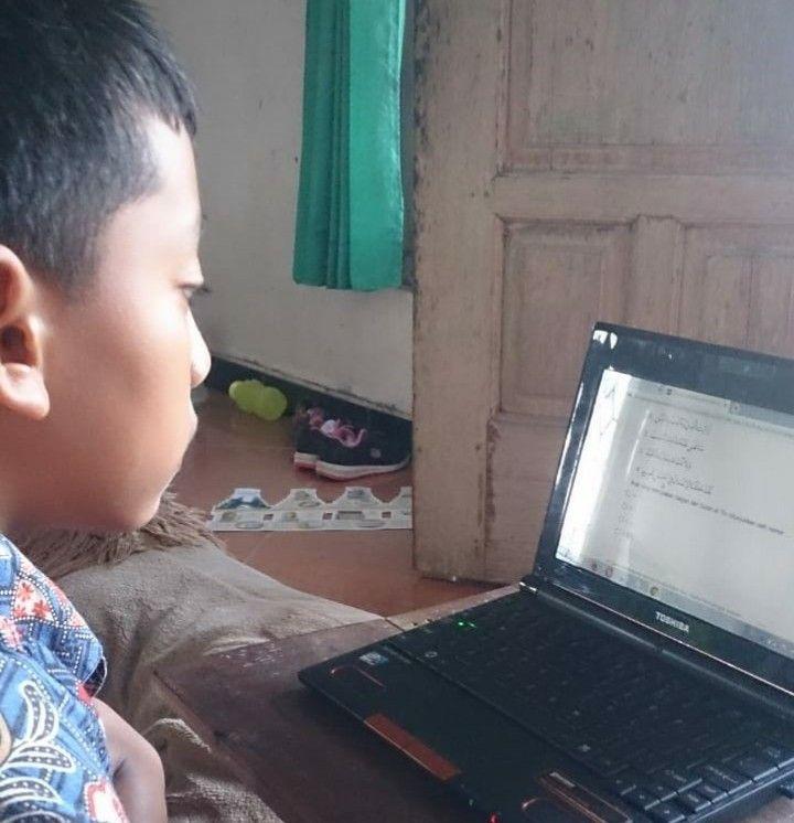 Anak sedang mengerjakan tugas online/dok.pri