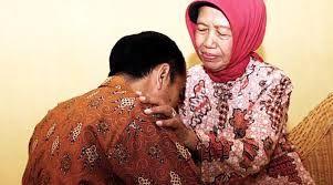 Presiden Jokowi sungkem pada Hj. Sudjiatmi Notomihardjo/Sumber: tabloidbintang.com