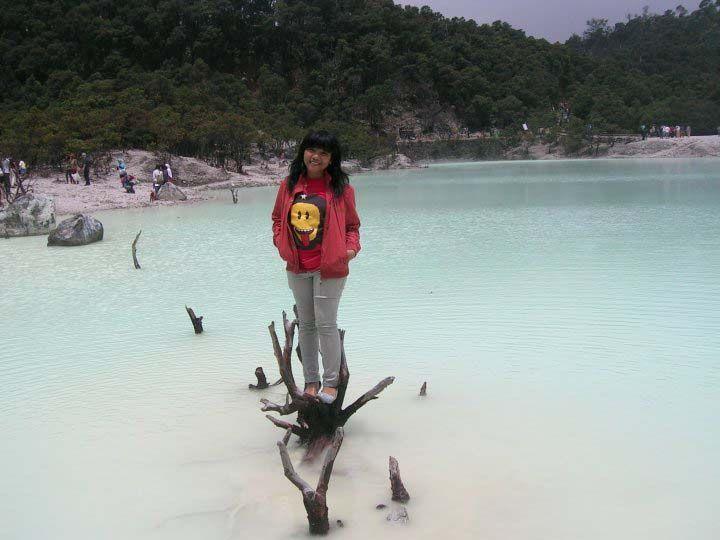 Wisatawan bisa foto di atas genangan air mirip danau di puncak Kawah Putih.