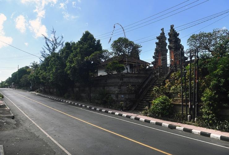 Suasana jalan protokol saat pelaksanaan Hari Raya Nyepi Caka 1942 di Gianyar, Bali, Rabu (25/3/2020). Pelaksanaan Nyepi tahun 2020 di Bali, selain untuk pelaksanaan Catur Beratha Penyepian atau empat pantangan bagi Umat Hindu juga ditargetkan dapat memutus penyebaran wabah COVID-19. (ANTARA FOTO/NYOMAN BUDHIANA)