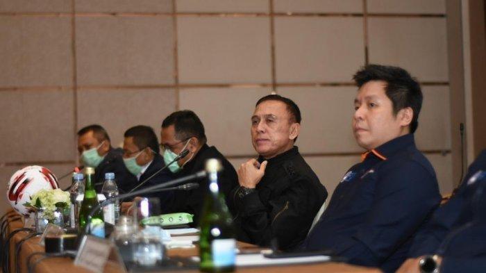 Ketua Umum PSSI, Mochamad 'Iwan Bule' Iriawan, beserta stakeholder tekait menggelar Rapat Luar Biasa untuk menghentikan sementara kompetisi Liga 1 dan Liga2 musim 2020, di Hotel Fairmont, Jakarta, Senin, 16 Maret 2020 (Dok. PSSI via tribunnews.com)