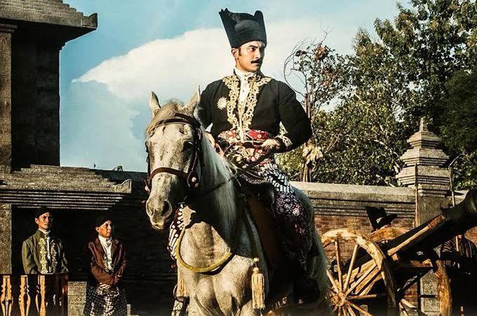 Ilustrasi lelaki Jawa yang mengenakan jarit kain batik tulis motif parang. Sumber dari film Sultan Agung.