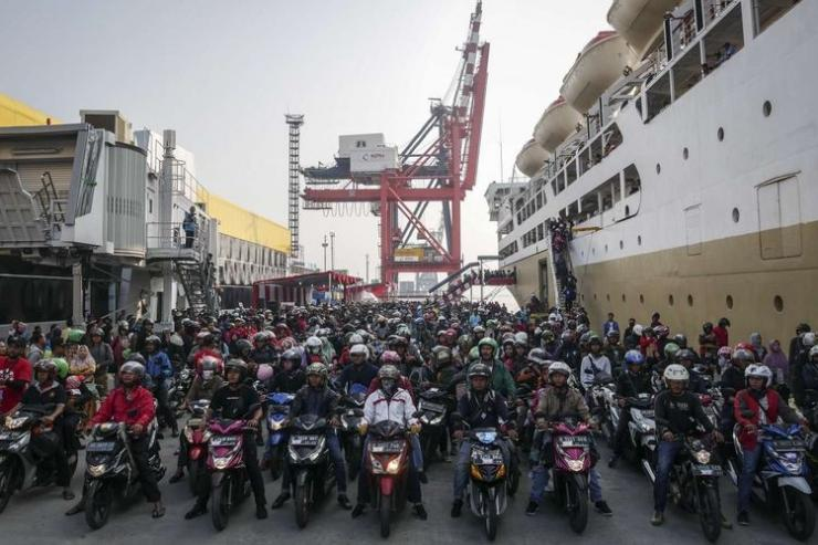 Pemudik yang menggunakan KM Dobonsolo tiba di Pelabuhan Penumpang Tanjung Priok, Jakarta, Minggu (9/6/2019). KM Dobonsolo mengangkut 1.542 orang peserta mudik balik gratis sepeda motor yang berangkat dari Pelabuhan Tanjung Emas Semarang. (ANTARA FOTO/DHEMAS REVIYANTO)