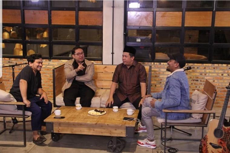 Dari kanan ke kiri, Glenn Fredly, Fahri Hamzah, Fadli Zon, dan dr. Tompi; dalam acara Talk Show 18 Februari 2018 di Narasi TV (twitter.com/ @fadlizon).