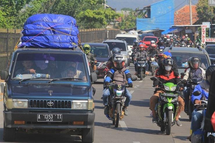 Suasana kepadatan di jalur Pantura Palimanan, saat kendaraan pemudik melintas di Cirebon, Jawa Barat, Minggu (9/6/2019). H+4 Lebaran yang jatuh pada Minggu (9/6) merupakan puncak arus balik jalur Pantura yang didominasi kendaraan sepeda motor.(ANTARA FOTO/DEDHEZ ANGGARA)