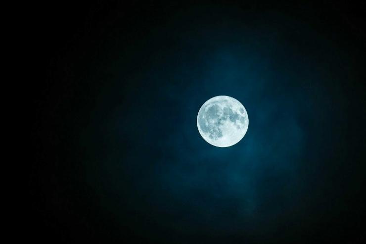 Ilustrasi di tengah keheningan malam (Sumber: pixabay.com/rkarkowski)