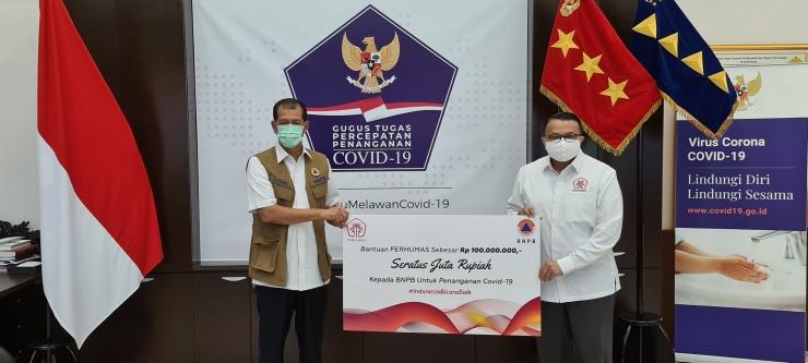 Agung Laksamana Ketua Umum PERHUMAS menyerahkan bantuan kepada BNPB sejumlah 100juta rupiah diterima oleh Kepala BNPB Doni Monardo. Dok. PERHUMAS