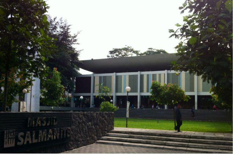 Masjid Salman ITB dengan desain kubah seperti kubah terbalik atau perahu. Sumber foto: merdeka.com