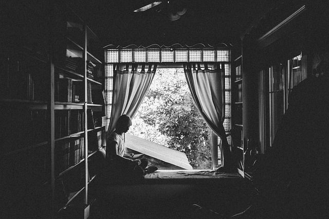 ilustrasi duduk di kamar (sumber : pixabay)