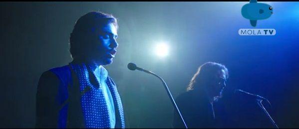 Amos saat bernyanyi dengan penyanyi rock Zucchero Fornaciari (sumber: screenshot tayangan Mola TV)