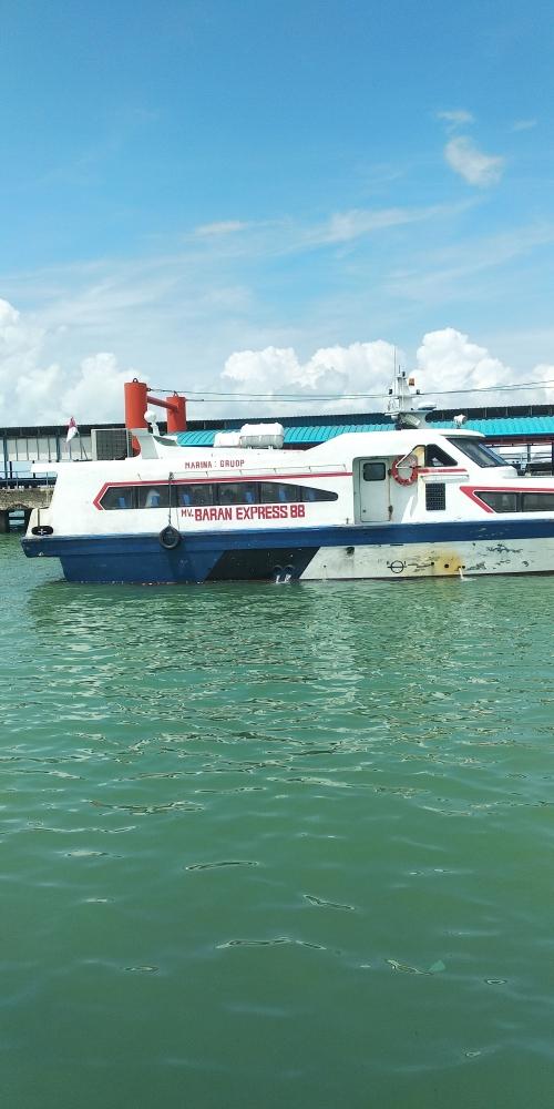 MV Baran Ekspress saat bersandari di Pelabuhan SBP beberapa waktu lalu. Foto: Ihsan Imaduddim (dokumen pribadi)